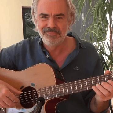 Andreas Hövelmann spielt Gitarre und komponiert Gitarrenstücke.